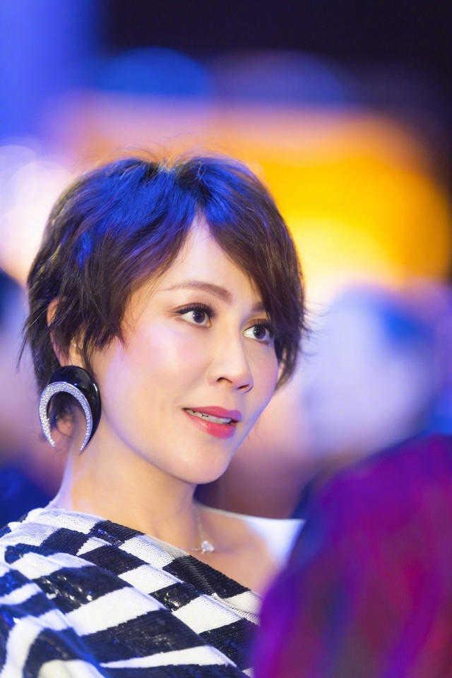 刘嘉玲54岁不服老!超短发搭配黑白条纹连衣裙性感霸气,时髦精致