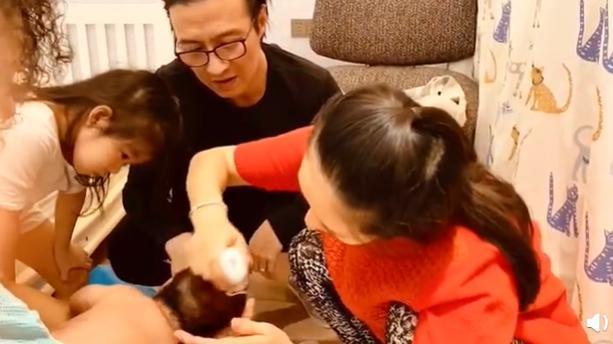 章子怡给二胎儿子剃头,手法娴熟温柔贤惠,汪峰和醒醒在旁围观