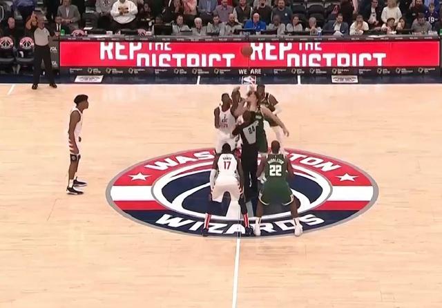 """NBA争议一幕!雄鹿大将疑似""""垫脚""""恶犯,裁判看录像后心软了"""