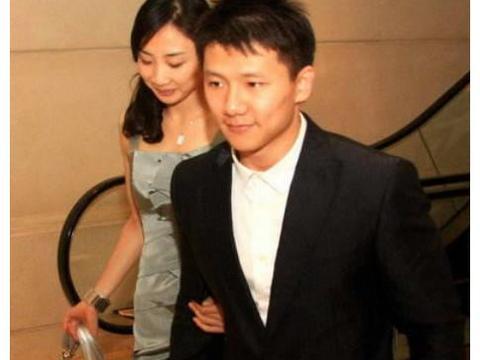 与何雯娜恋情告吹,奥运冠军把女翻译娶回家,老婆比他高7公分!