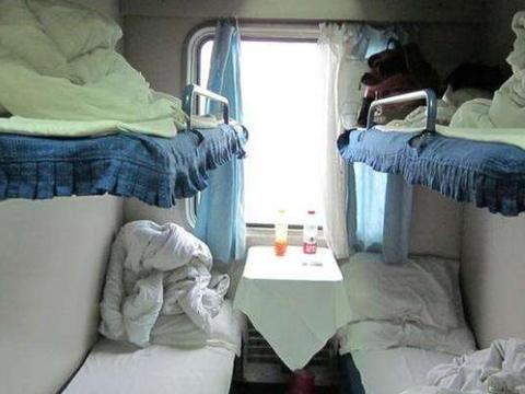 火车卧铺旅行,为何头朝过道休息?乘务员专业解释