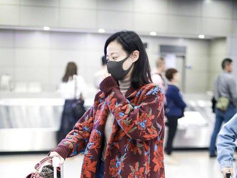 """36岁谭卓穿""""花棉袄""""大衣走机场"""