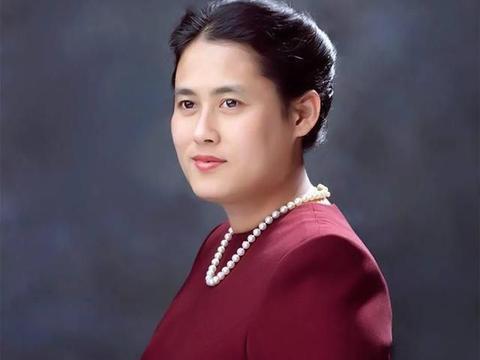 65岁诗琳通一身绿色套装出行,惊艳四方