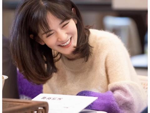 谢娜着渐变紫色毛衣少女感足 坐电台前读信落泪温暖感性