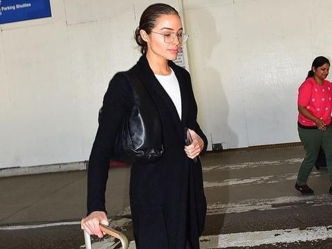 奥利维亚·库尔普街拍:呢子大衣马丁靴 LV行李箱腋下包时髦酷黑