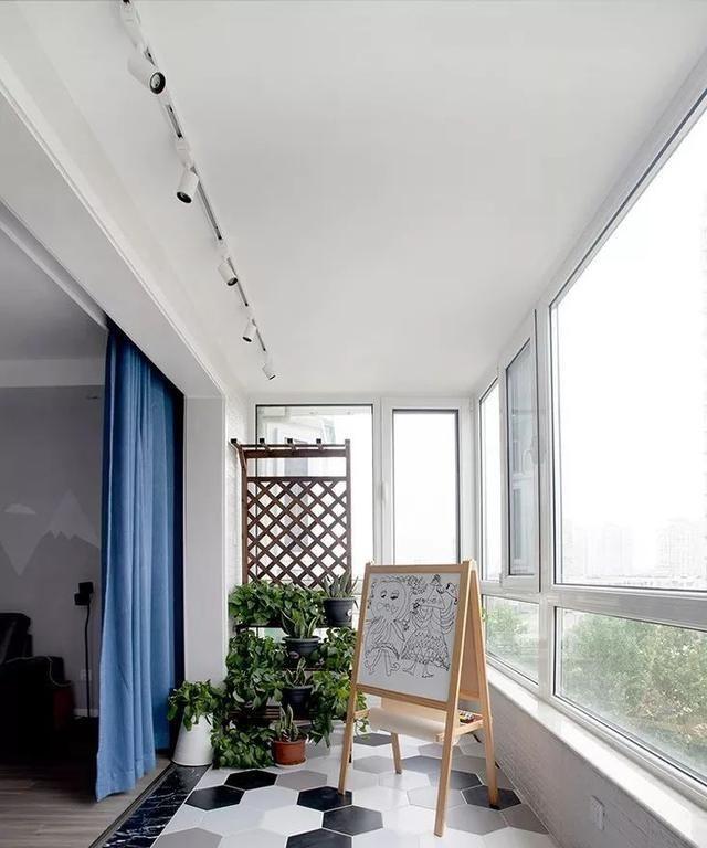 不同材料的使用,阳台地面也可以选择一些艺术地砖来铺设,比如上面的图片