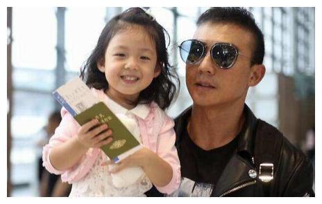 刘畊宏带女儿做运动,小泡芙轻松完成魔鬼训练,6岁就练出大长腿
