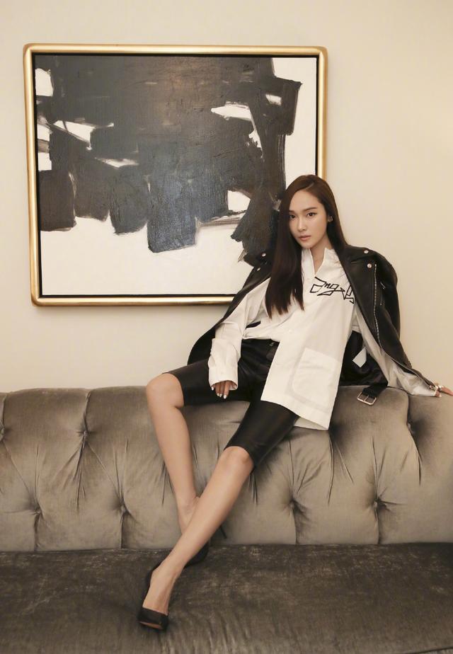 25岁金雪炫和30岁郑秀妍,同为皮衣造型看秀,赢了年龄输了气场