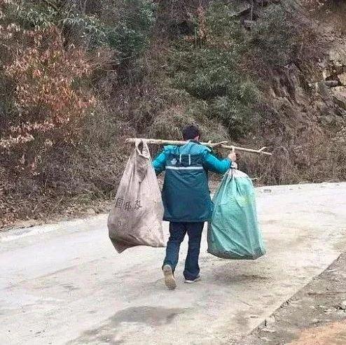 """肩挑130斤邮件步行8公里!网友称他""""最美逆行邮递员""""!"""