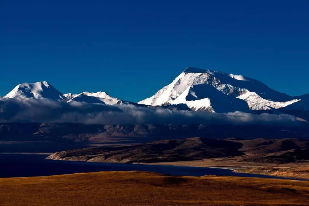 雪域江河的母亲玛旁雍错,安静地躺在冈仁波齐与纳木那尼峰之间
