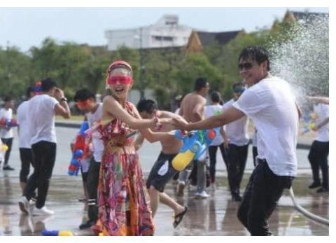 佟丽娅陈思诚五年前泼水照, 谁注意丫丫的表情, 那才是幸福的样子