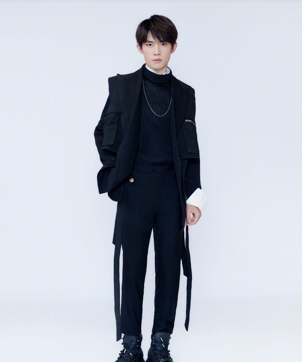 易烊千玺拍宣传片,穿立领衬衫配黑色拉链西装,帅气精致又时髦