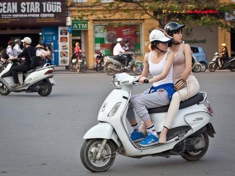 越南女孩为什么非要侧身坐摩托,而不跨着坐,原来还有这些猫腻