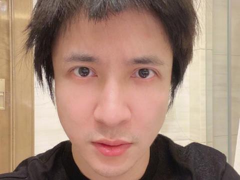 薛之谦让老爸剪发,遭中国作家怒怼:你怎忍心让老父亲给你剪头?