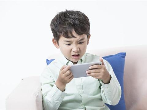 """孩子的""""游戏瘾""""怪父母?反思,面对电子产品的危害父母该怎么做?"""