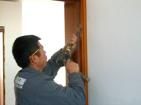 万万不要让工人这样装木门,入住就知缺点不少,真懊悔没及时制止
