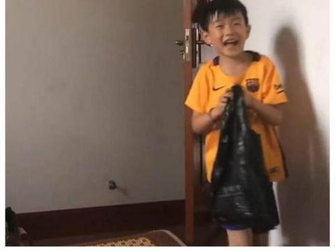 爸爸公司破产,意志消沉,8岁儿子竟掏10万帮助爸爸,网友:羡慕