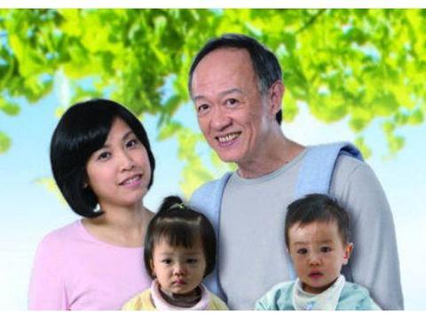 他是最受欢迎老戏骨,和妻子相差25岁,68岁儿女双全