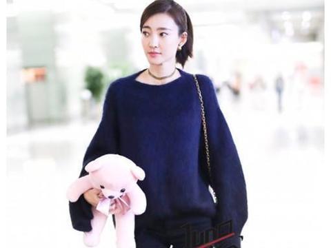 王丽坤和章泽天同穿上万毛衣,一个气质女神,一个邻家小妹