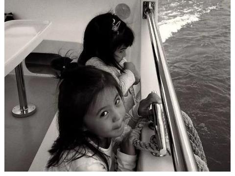 贾静雯一家5口坐游艇,咘咘波妞跪着看海,修杰楷不用带娃很轻松