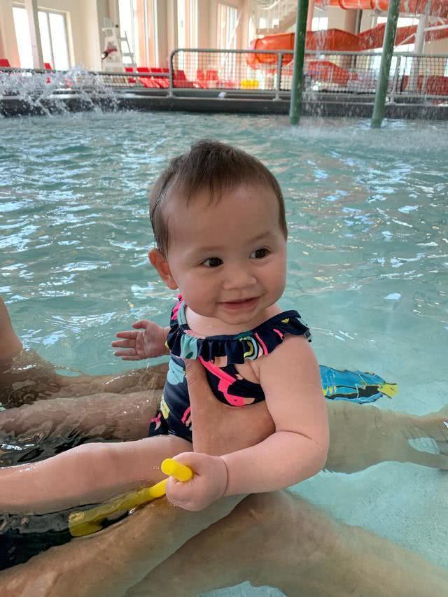 女排前国手晒出女儿第一次游泳萌照,丈夫笑意满满,一家人真幸福