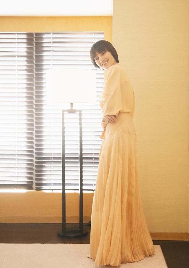 袁泉才是真正的高级,浅橘色雪纺连衣裙知性优雅,短发女生也温柔