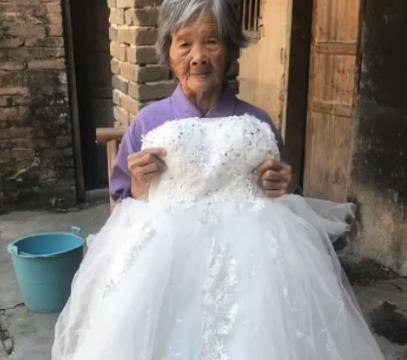 90岁老奶奶再婚,穿上嫁衣那一刻,网友:岁月从不败美人!