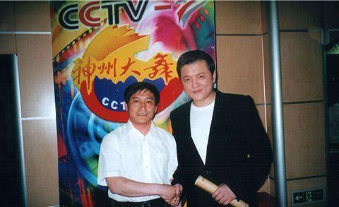 他曾是中国飞行员,退伍后担任央视主持人,娇妻儿女常伴身边
