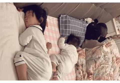 """""""父母是真爱,孩子是意外"""",一家四口的睡姿走红,网友:幸福"""