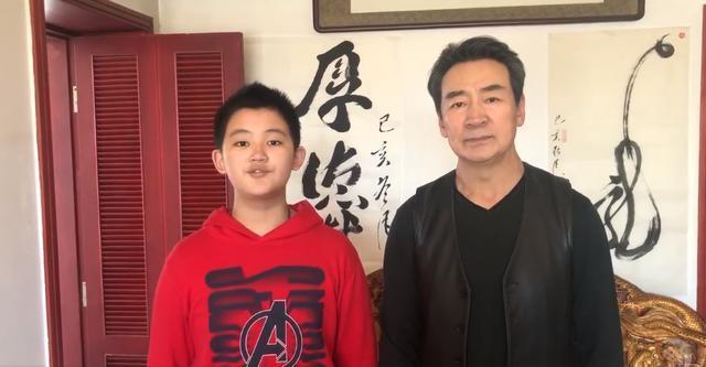 65岁寇振海与12岁儿子同框,不像父子像爷孙,助力儿子进入娱乐圈