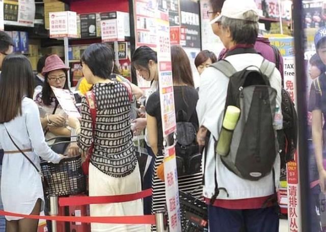 日本人来中国旅游也疯狂购物,日本游客都买了什么?网友:笑了
