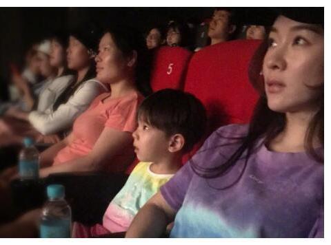 看电影出现床戏,15岁女儿很惊讶,妈妈的回答让人称赞