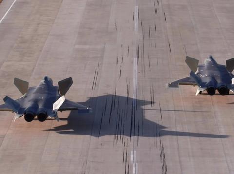 """就等发动机到位了!歼-20弹仓全开照曝光,在""""三霸""""中排第一"""