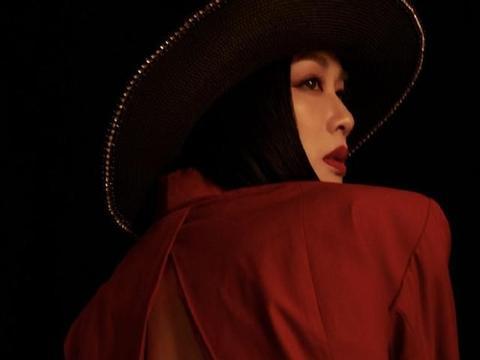 50岁钟丽缇露美背、秀香肩,涂烈焰红唇高贵冷艳,女王范儿十足