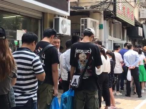 小店靠一碗大肠面火爆全上海,花25块就能吃,顾客排队10几米