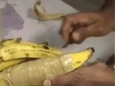 男子市场买香蕉,发现其中一根有异样,剥开看清后乐坏了