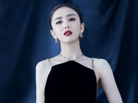 """佟丽娅越来越自信,""""肚兜裙""""大秀曼妙好身材,天鹅颈蝴蝶背绝了"""