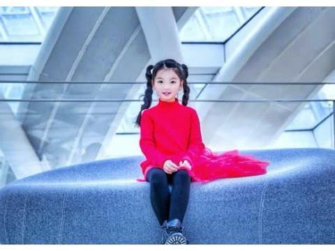 7岁阿拉蕾颜值逆袭,穿一袭红裙轻托下巴大凹造型,超有女神范儿