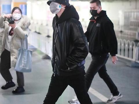 组图:蔡徐坤戴渔夫帽穿黑色皮帅气爆表 大步向前尽显逆天长腿