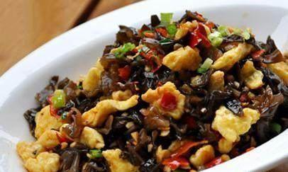 开胃菜:秘制炸鸡,剁椒木耳斩蛋,彩椒炒鸭肠,白玉菇炒莴笋