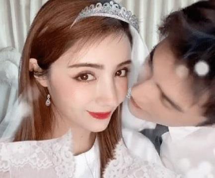 """麦迪娜结婚纪念日再穿""""婚纱""""与姜潮亲吻秀结婚证"""