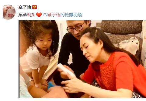 章子怡给儿子剃头!汪峰和女儿围观,她发际线引网友堪忧