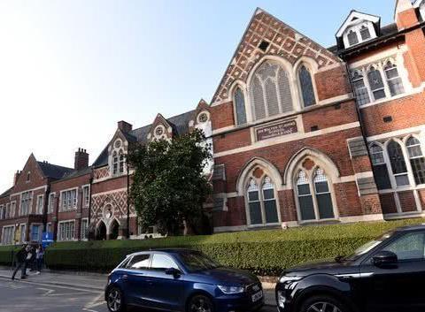 英国乔治小王子和夏洛特公主就读的学校受新冠疫情影响