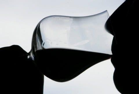 女子喝了一口红酒后送医死亡,原因竟是红酒瓶装过毒品