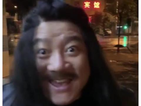 """疯了!谢广坤戴假发现身深夜街头,一头""""秀发""""让人不忍直视"""