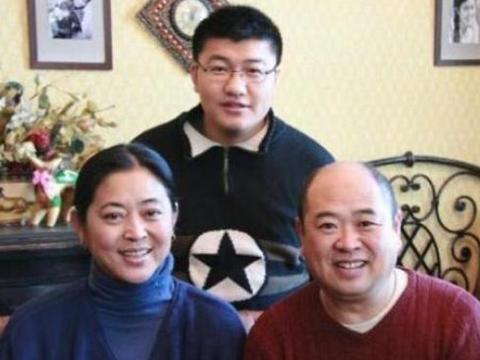 参观倪萍住的豪宅,头次见卧室贴黄色墙纸,装修布置很时尚