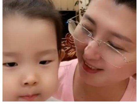 48岁闫学晶晒与3岁小女儿合照,高龄拼二胎,儿女双全好幸福