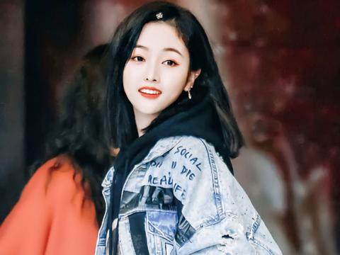 35岁杨丞琳更新自拍,穿黑色印花卫衣撞上吴宣仪,这少女感绝了