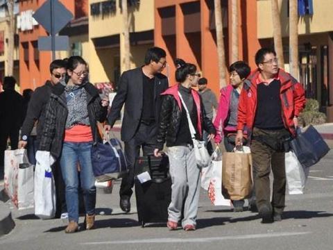 为何外国人旅游只背个包,中国人却要拖个行李箱?原因其实很简单