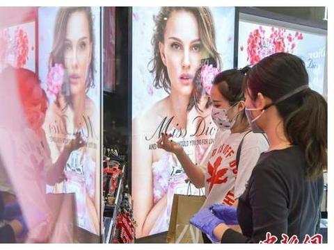 海南应急响应调整到三级 民众佩戴口罩逛免税店